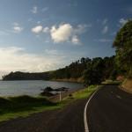 Route en bordure d'océan entre Thames et Coromandel town